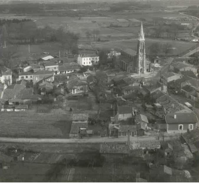 Place de l'église de Vendays-Montalivet - dans les années 1920
